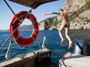 swimming-with-yachts-in-crimea